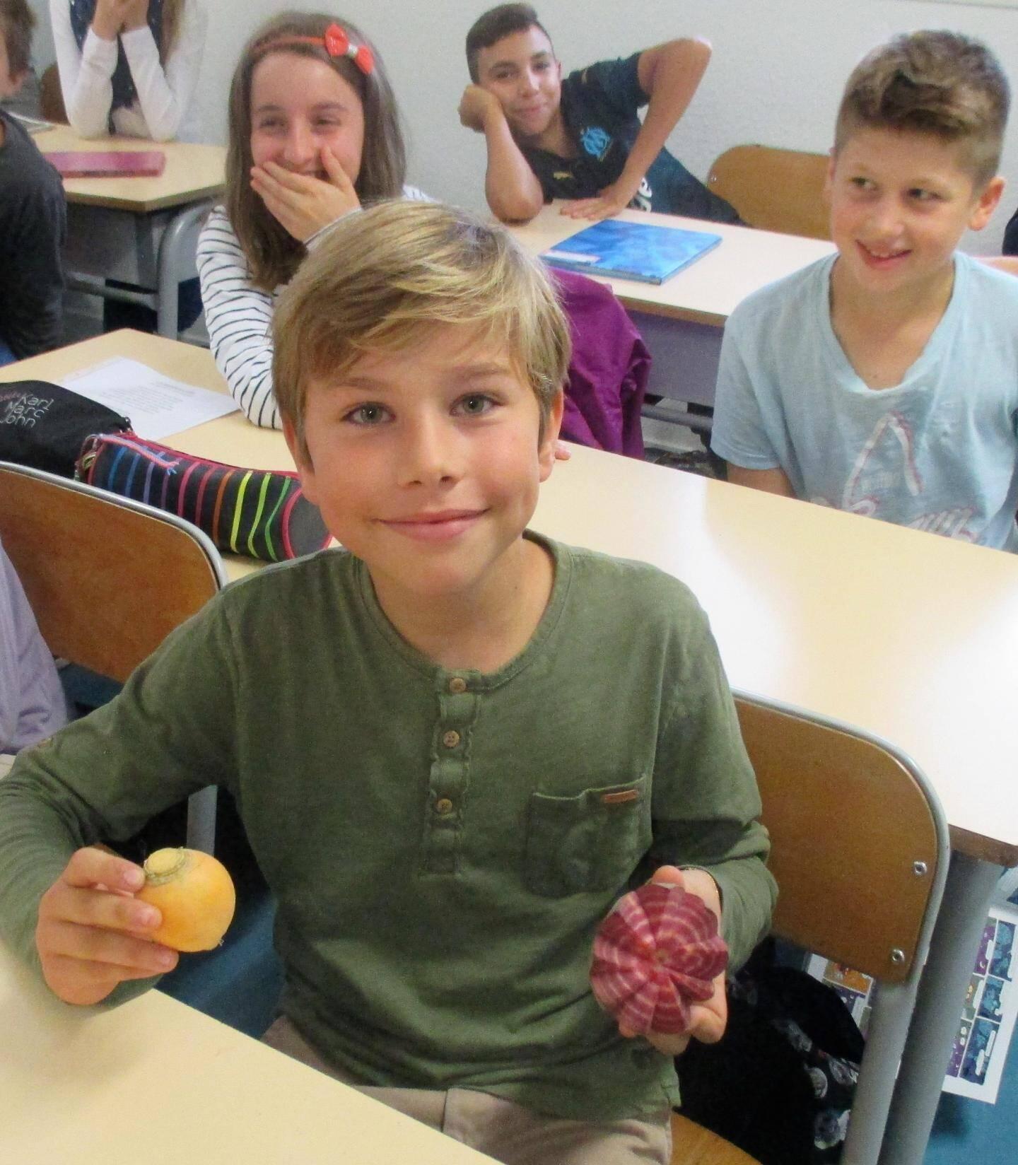 Enzo a apporté en classe quelques spécimens de légumes anciens.