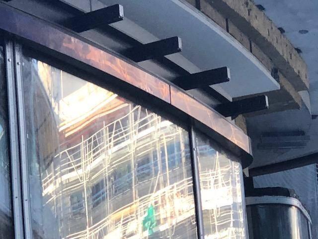 """Des encadrements de fenêtres façon """"bronze"""" pour les boutiques."""