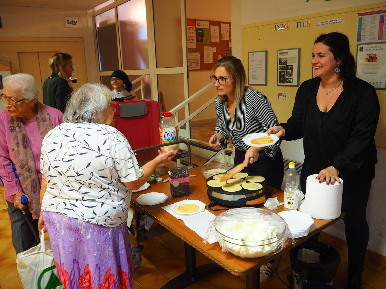 Les crêpes préparées et servies par Nathalie et Hélène ont fait l'unanimité auprès de tous les résidents.