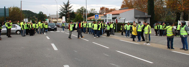 Début de l'opération devant la gendarmerie, les manifestants ralentissent la circulation.