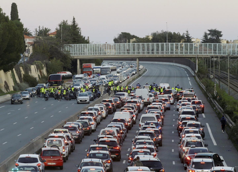 Le barrage filtrant, à l'initiative de motards «gilets jaunes», a perturbé le trafic de l'A8 à Cagnes-sur-Mer hier après-midi.