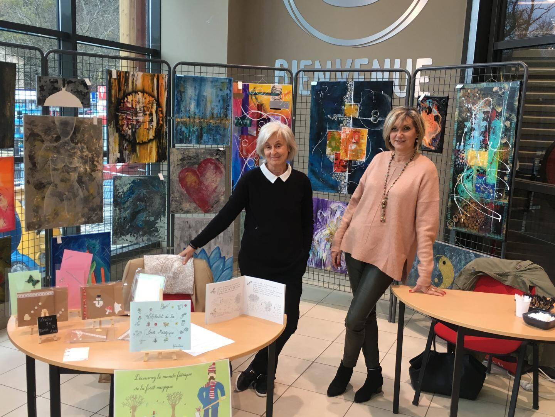La clientèle, nombreuse le samedi matin, a pu débattre, une tasse de café à la main, avec les deux artistes, Sylvia à gauche pour le livre, et Christine pour ses peintures.