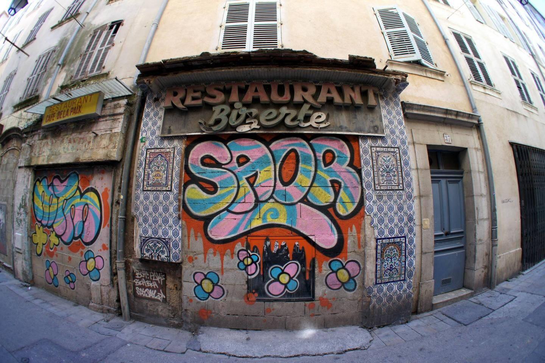 A Toulon comme dans beaucoup de villes de taille moyenne en France, certains quartiers de centre-ville ne montrent plus que des rideaux baissés...
