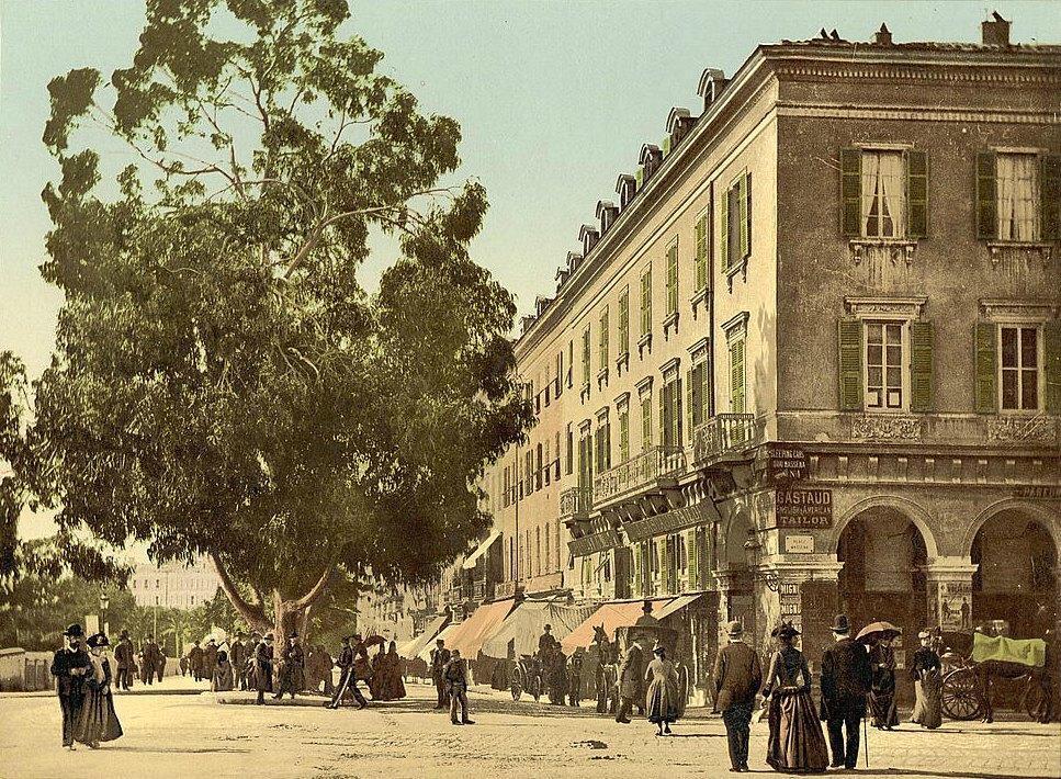 À la fin du XIXe siècle déjà, les promeneurs adoraient buller sur la place Masséna à Nice. Jadis palais des ducs de Savoie puis palais des rois de Sardaigne, le bâtiment constitue depuis 1860 le siège de la préfecture.
