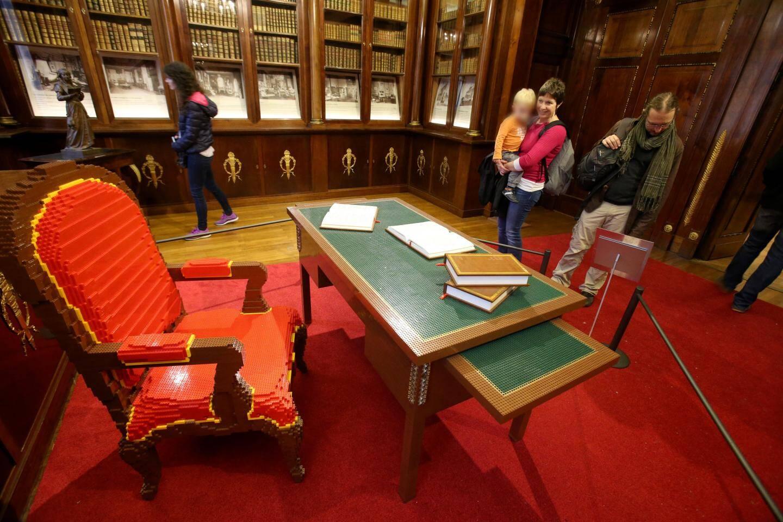 Exposés dans la bibliothèque de Cessole, le fauteuil, le bureau empire sont tout en lego. Comme le code civil!