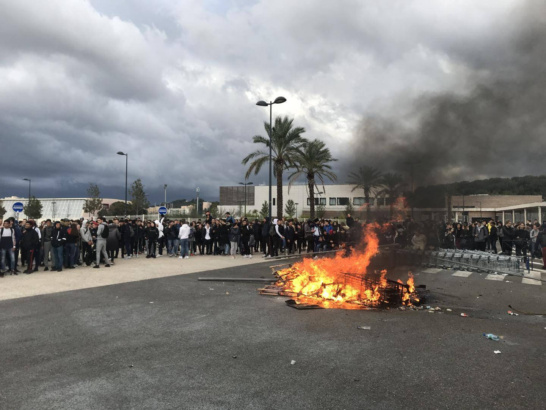 Devant le lycée Paul-Langevin, hier matin à La Seyne, le blocage de l'établissement, prévu dans le calme « contre la réforme des lycées » et en soutien au mouvement des Gilets jaunes, a vite dégénéré et l'intervention de la police a été musclée.
