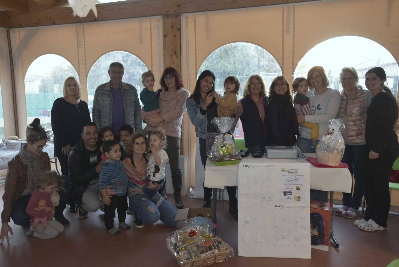 Les familles réunies pour un goûter solidaire.