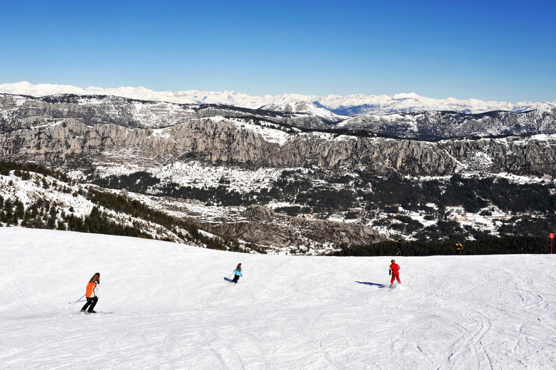 Jean-Marc Pastorino, président du directoire du groupe Nice-Matin a remis la une du supplément neige à Charles-Ange Ginesy.