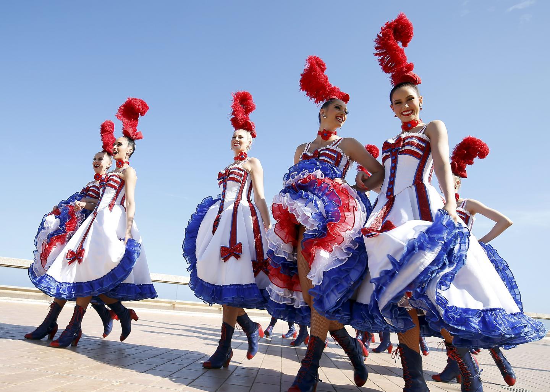 31 mai : charme et joyeuse folie avec les danseuses du Moulin Rouge sur les terrasses du Casino pour leur passage en Principauté.
