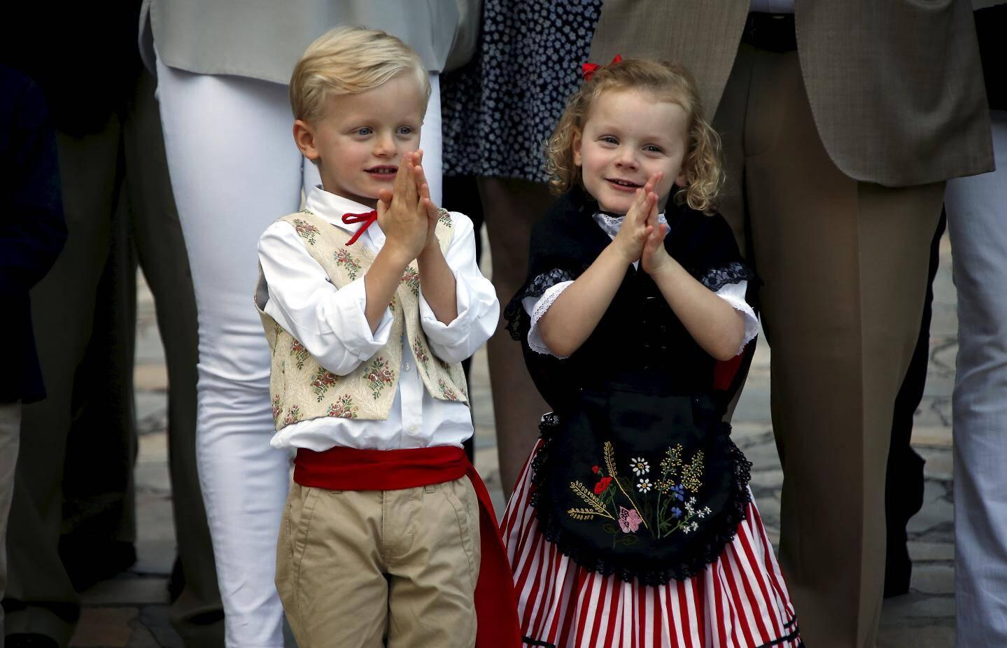 Costumés selon la tradition monégasque, les jumeaux participent au pique-nique des Monégasques, appréciant particulièrement le spectacle de la Palladienne.