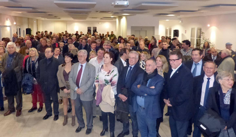 La foule debout, et les maires et personnalités du Golfe au premier rang.