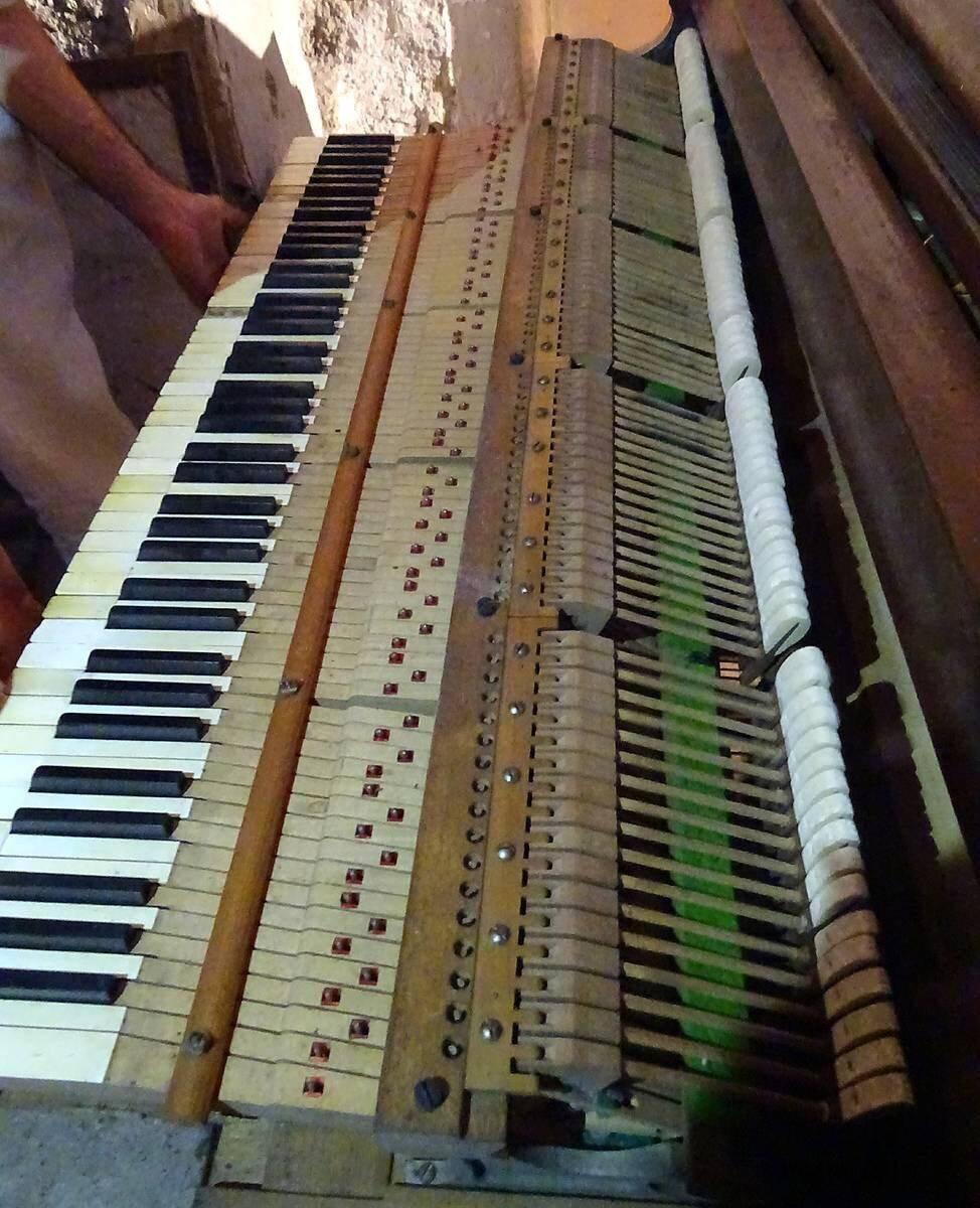 L'intérieur du piano semble en meilleur état que la boiserie qui a plus souffert.