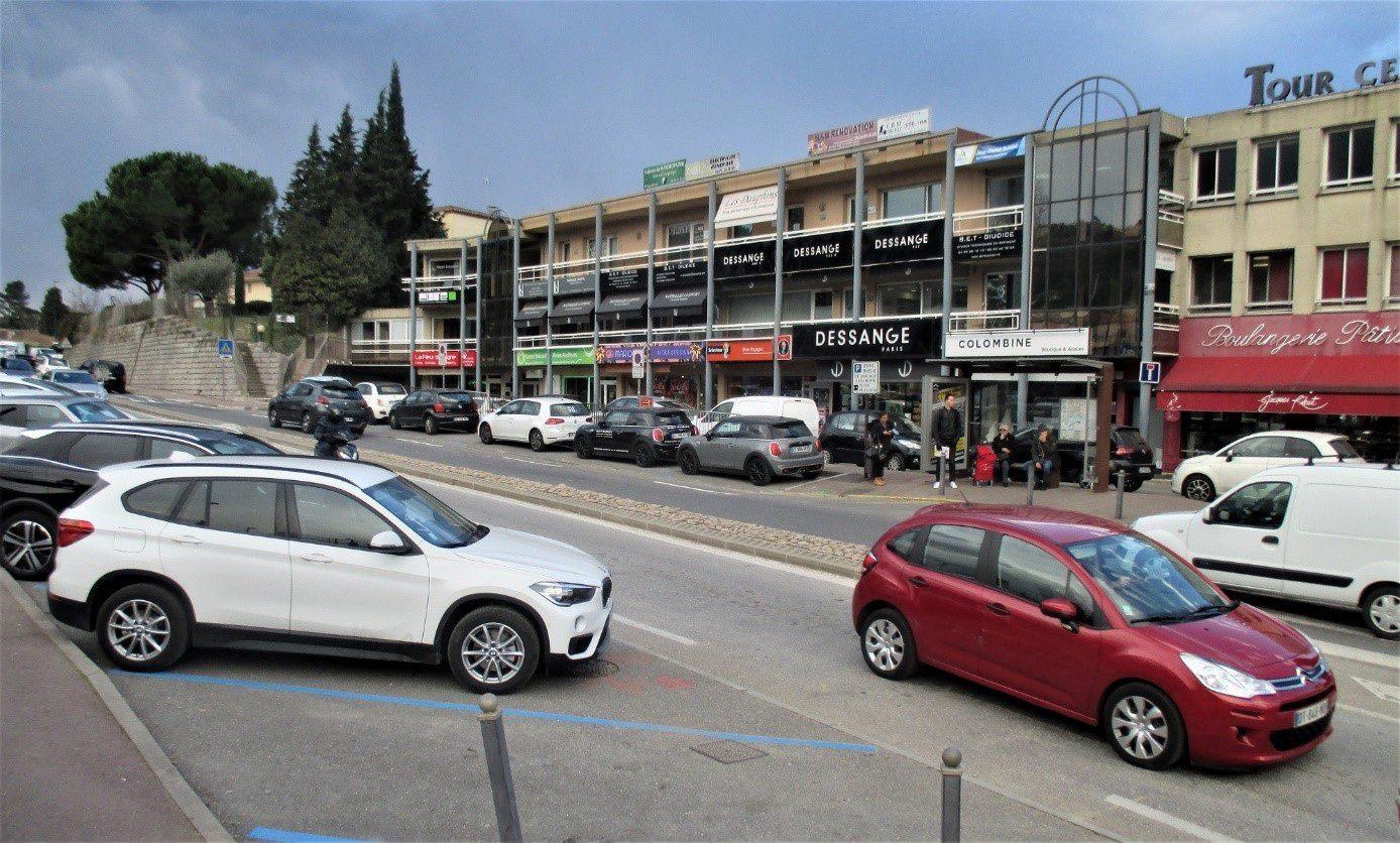 Les stationnements sont supprimés provisoirement des deux côtés de l'avenue.