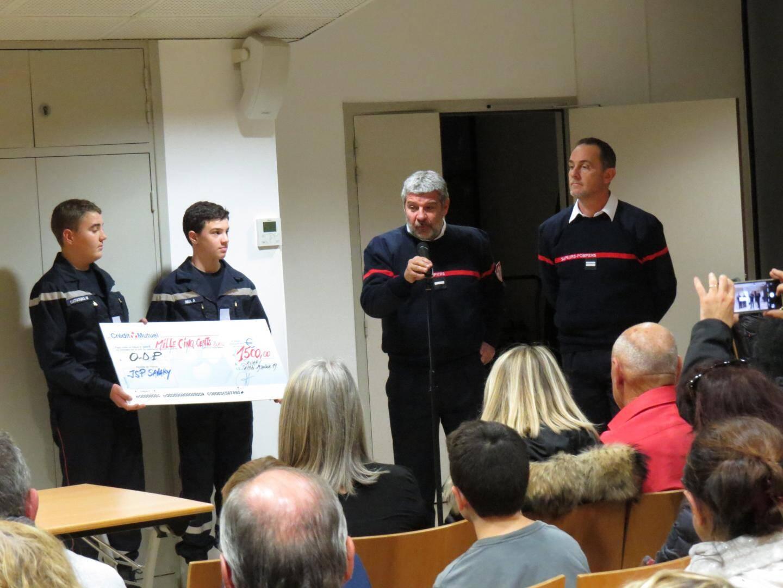 Le président de l'Union départementale, M. Decitre, et le délégué de l'œuvre des pupilles, le lieutenant Valot, reçoivent un chèque pour l'œuvre des pupilles.