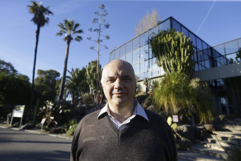 Jean-Michel Meuriot, expert botaniste, devant des plantes dites succulentes.