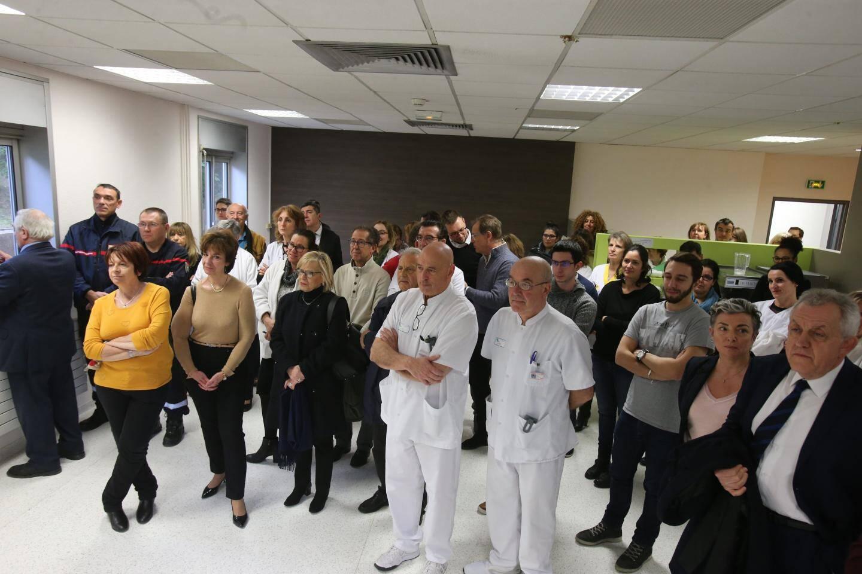 Le personnel de l'hôpital a écouté avec attention les discours.