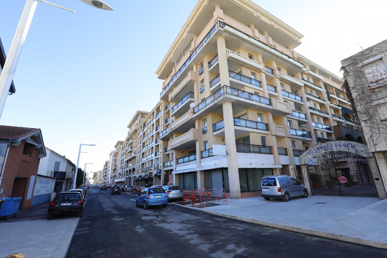 Trottoirs et bordures neufs, la rue Marco-del-Ponte restera à sens unique jusqu'à l'été avant de passer à double sens et limitée à 30 km/h quand la rue de la Verrerie sera terminée. Dans cette artère, quelques problèmes de trafic... « On y travaille, a répondu le maire. Outre de la vidéosurveillance, un nouveau poste mobile de police municipale sera affecté à La Bocca, cette année. Quant à la résidence Cannes Beach, on y rachète des appartements actuellement ».