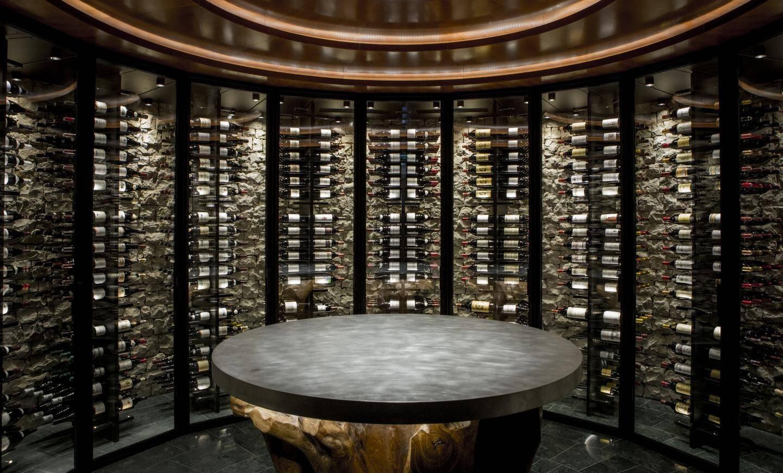 Au centre de la salle de restaurant, Le Cercle du vin accueille les amateurs pour une expérience œnologique.