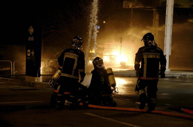 Les pompiers sur les lieux de l'incendie.
