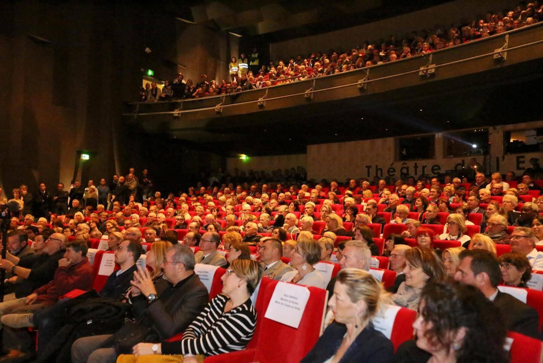 Le Théâtre de l'Esplanade, lundi soir, était rempli.