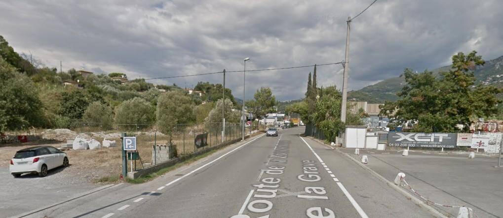 La route de la zone d'activités de la Grave à Carros.
