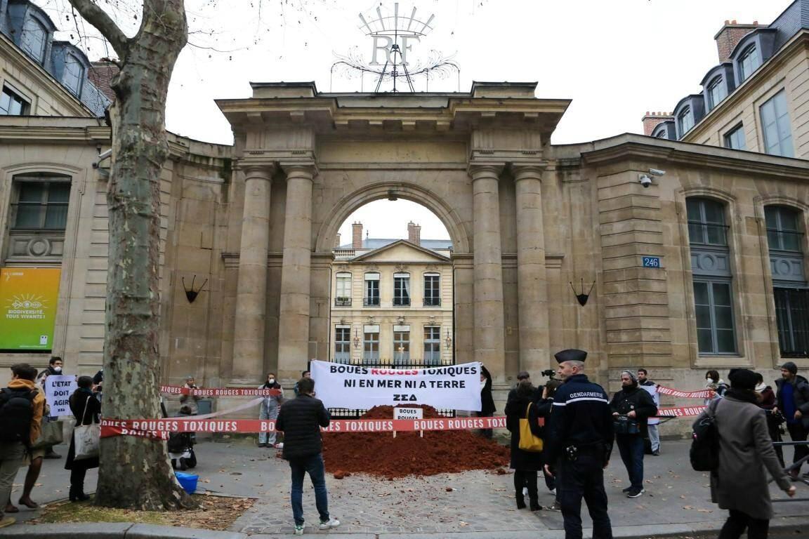 """Un chargement de """"boues rouges"""" a été déversées ce mardi devant l'Hôtel de Roquelaure, au 246 boulevard Saint-Germain à Paris."""