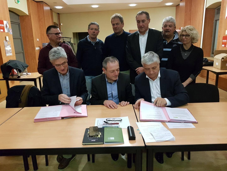 Bernard de Boisgelin (à gauche), président de Provence Verdon et Didier Brémond (à droite), président de Provence verte, ont signé une convention de partenariat pour créer un office de tourisme intercommunal commun. Ce dernier sera présidé par Sébastien Bourlin (au centre).