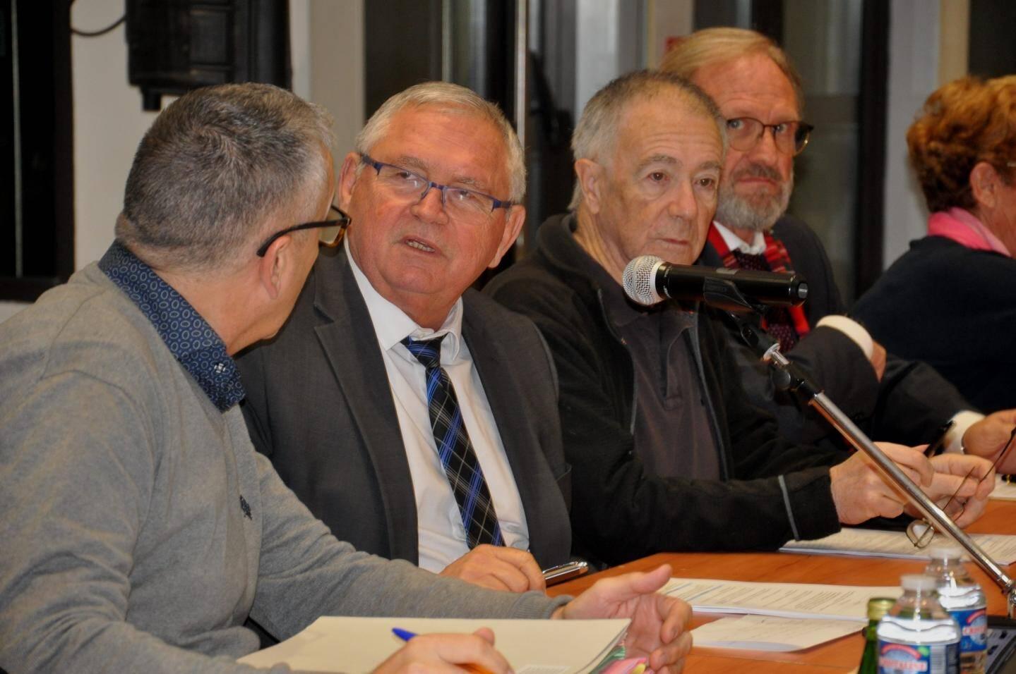 Gilles Vincent le maire (avec la cravate) a orchestré ce conseil avec ses adjoints.