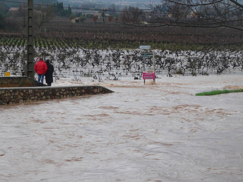 Toutes les voies d'accès à Pierrefeu ont été inondées lors des intempéries en janvier 2014, comme ici sur la RD12.