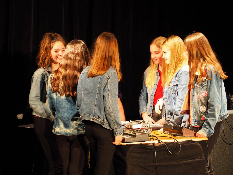 Chaque groupe d'élèves s'est donné un nom de scène et a joué sa composition électro. DJ Didier ont été les premiers à ouvrir les hostilités...