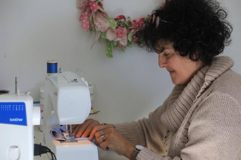 Après son cancer, Viviane s'est mise à la couture pour confectionner à son tour Les Chapeaux de Martine.