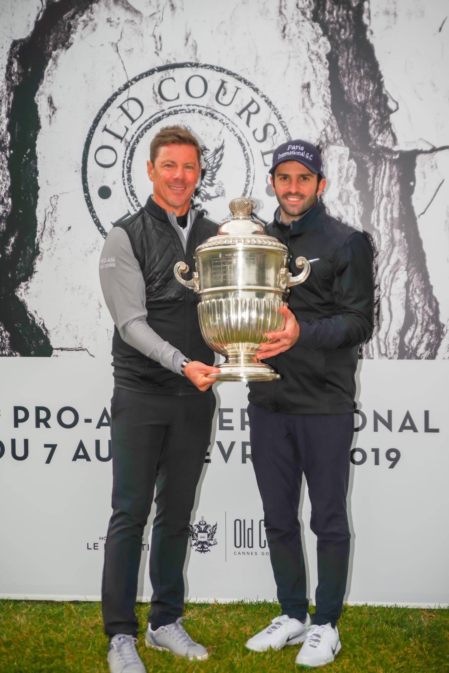 Jean-Stéphane Camérini, président du Old Course Cannes golf links a remis le trophée de la victoire à Joël Stalter.