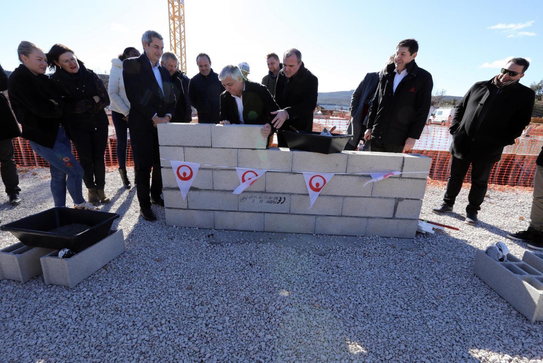 Didier Brémond pose la première « pierre », assisté des dirigeants du groupe Véolia et de quelques élus locaux, dont le maire de La Celle et l'opposant maximinois Alain Decanis.