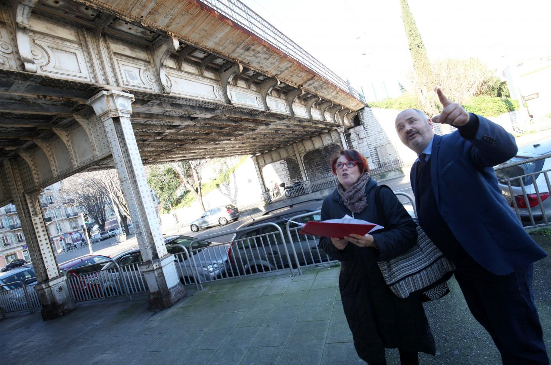 Ce pont qui emjambe le boulevard de l'Armée-des-Alpes n'a pas été repeint depuis... 1974.
