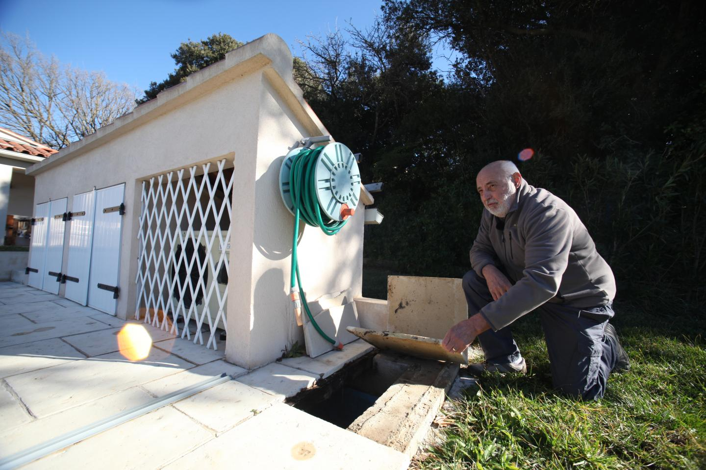 Grâce à la pluie, Jean-Pierre fait fonctionner ses toilettes, arrose son jardin et son potager, et remplit même sa piscine quand il le faut.