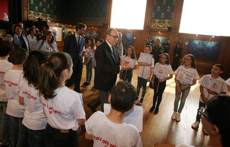 Les écoliers ont accueilli le prince Albert II comme de petits manifestants .