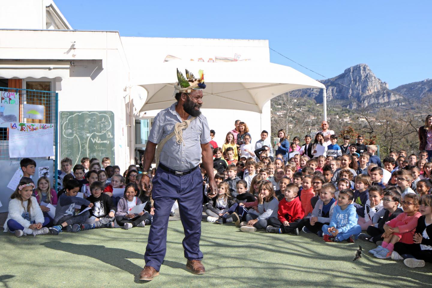 Mundiya Kepanga est arrivé au milieu de tous les élèves de l'école du Suve, impatients de l'écouter et surtout intrigués par ce personnage venant de l'autre côté du globe et portant une coiffe de plumes.