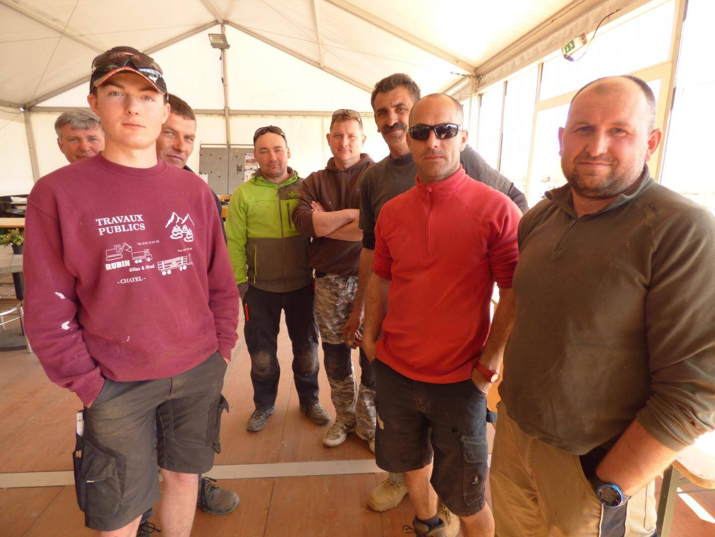 Les charpentiers venus de Savoie prennent des forces avant le rush du chantier.