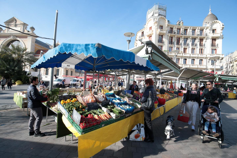 Le marché de la Libé, comme disent les Niçois, regroupe plus d'une centaine de stands : fruits, légumes, poissons, fromages etc.