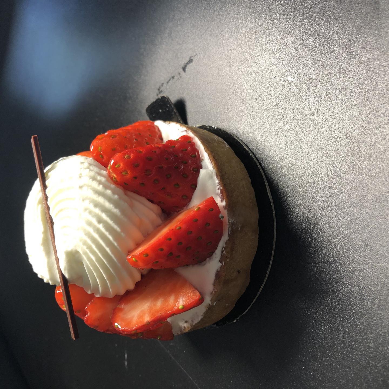 Le dessert, une tarte aux fraises et chantilly  infusée au basilic vient de chez Matyasy.