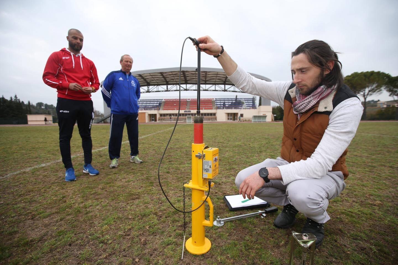 Olivier Emond sur la pelouse de Perdigon lors de tests pour la FIFA.