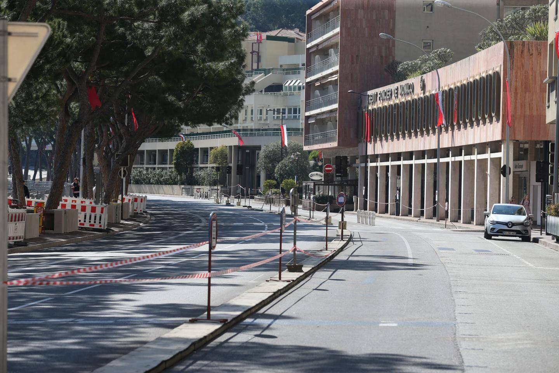 Au rond-point de la place d'Armes, lieu névralgique de l'arrivée de Xi Jinping, il était strictement interdit de circuler et même de s'attarder trop longtemps.