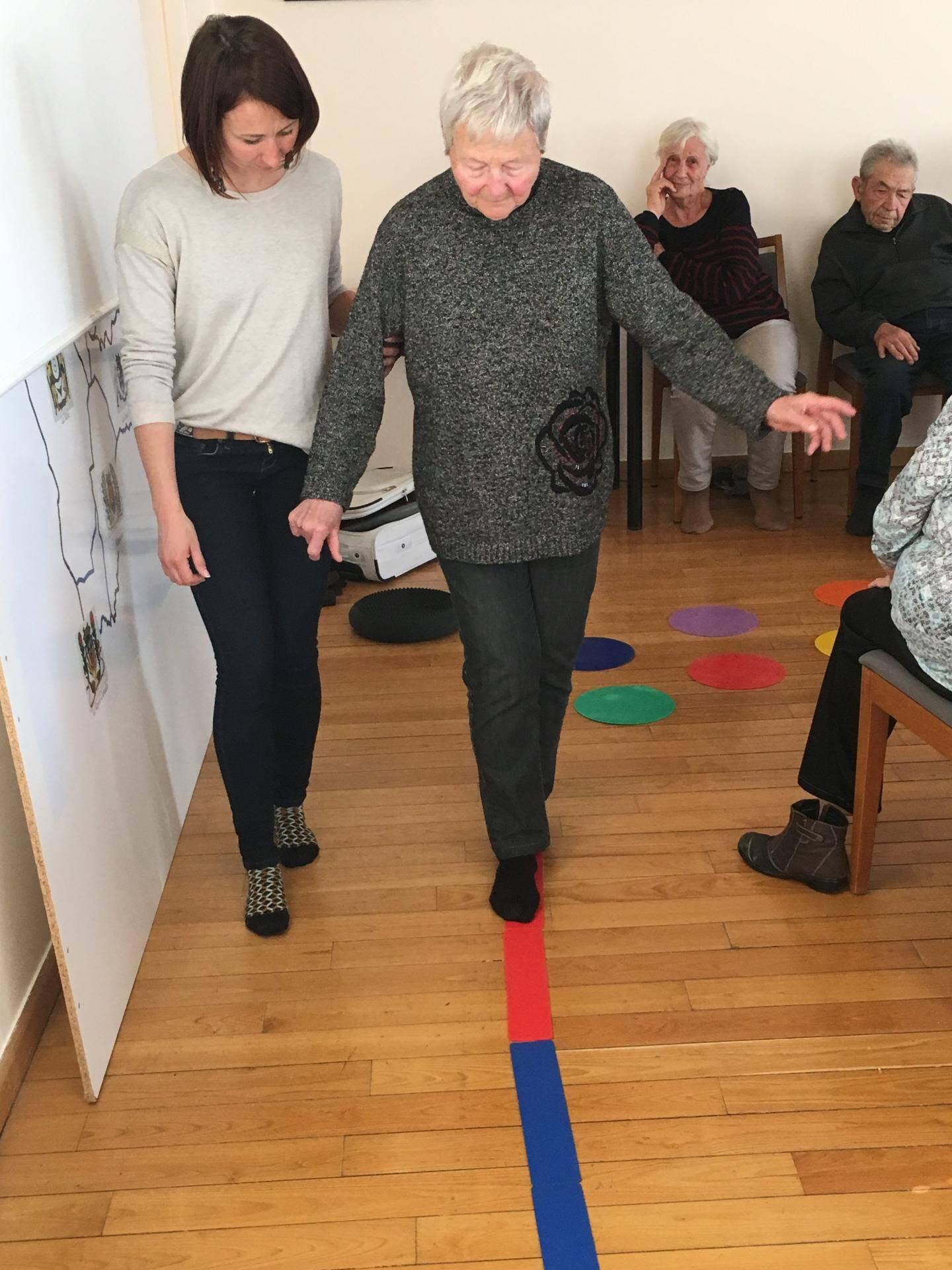 Lors de l'atelier, les seniors ont pu expérimenter et tester leur équilibre, ressentir leurs appuis, leurs limites et leurs capacités au cours d'un petit circuit installé pour l'occasion par Mme Renard.
