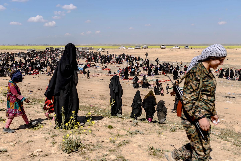 Des femmes et des enfants de l'Etat Islamique évacués du dernier bastion à Baghouz.