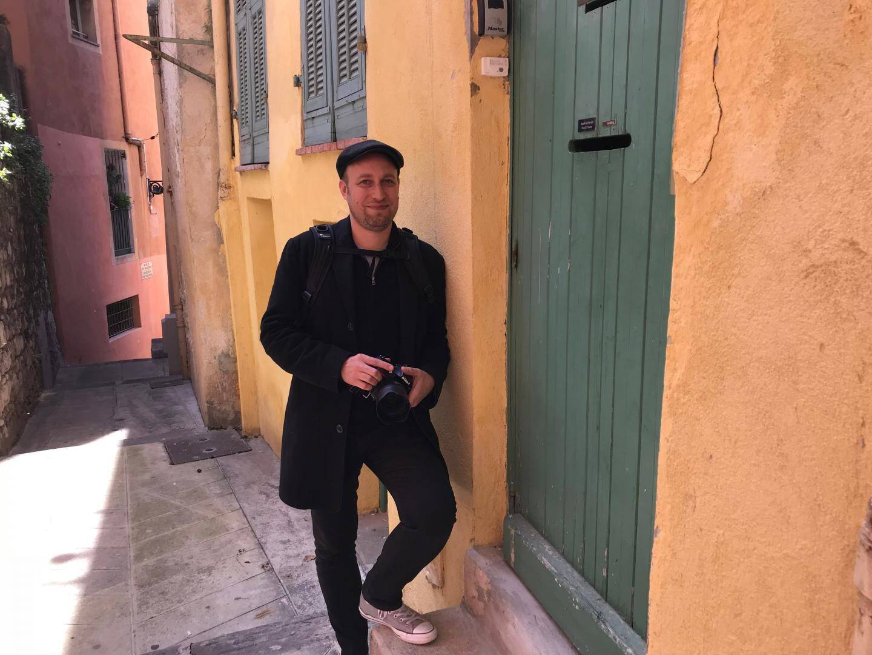 Mathieu Py à la rencontre d'inconnu(e)s, qui viendront composer la mosaïque du Vieux-Nice.
