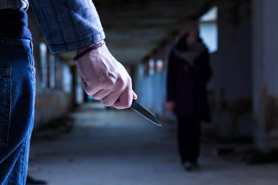 Un commerçant mentonnais de 47 ans, et son fils de 18 ans, s'en sont pris à un de leurs voisins, un fonctionnaire de police, le menaçant même d'égorger ses enfants...