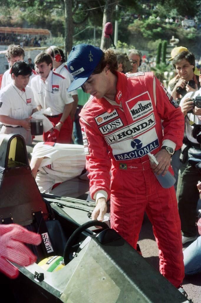 En 1990, le Brésilien inspecte sa voiture avant les qualifications.