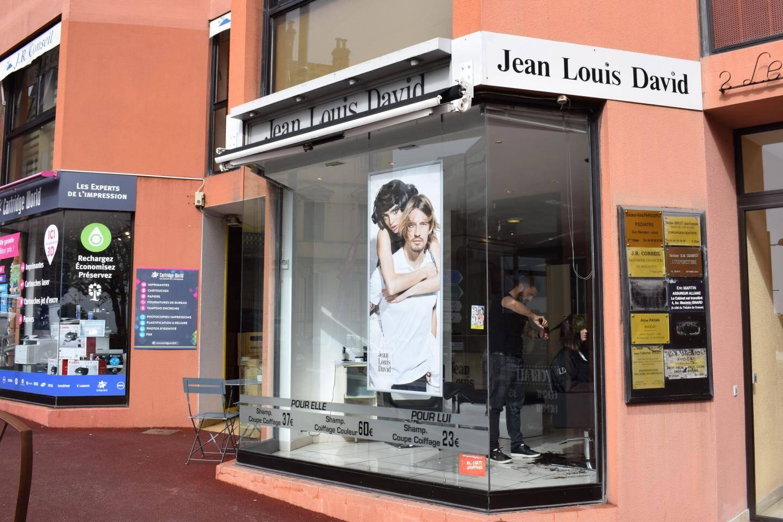 Selon Cyril Gerace, gérant du salon Jean Louis David, le célèbre coiffeur était «très fier qu'il y ait encore un salon de coiffure à son nom dans sa ville natale et de ses débuts.»
