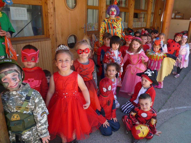 Les petits très fiers de leurs beaux costumes.