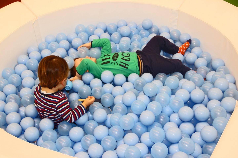 Bien-être et jeu dans le « bain à boules » des plus petits.